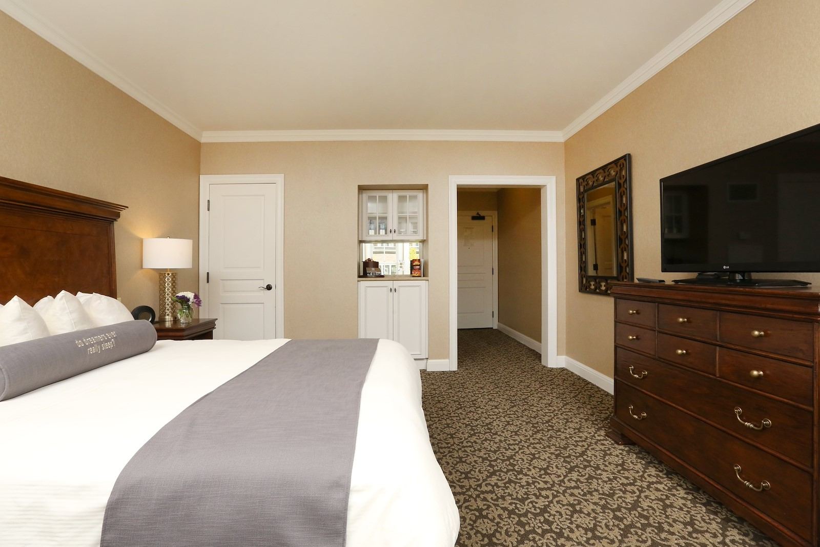 Royal Park's Hotel Room wiht a King-Sized Bed in Rochester Michigan